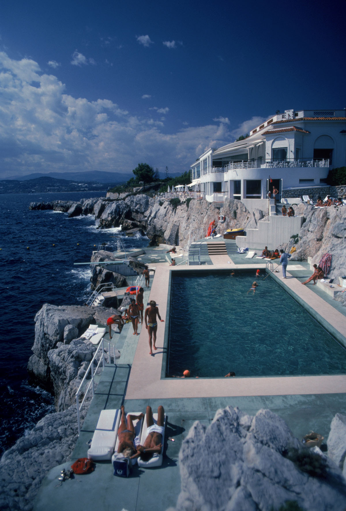 Guests by the pool at the Hotel du Cap Eden-Roc, Antibes, France, August 1976. (Photo by Slim Aarons/Hulton Archive/Getty Images)